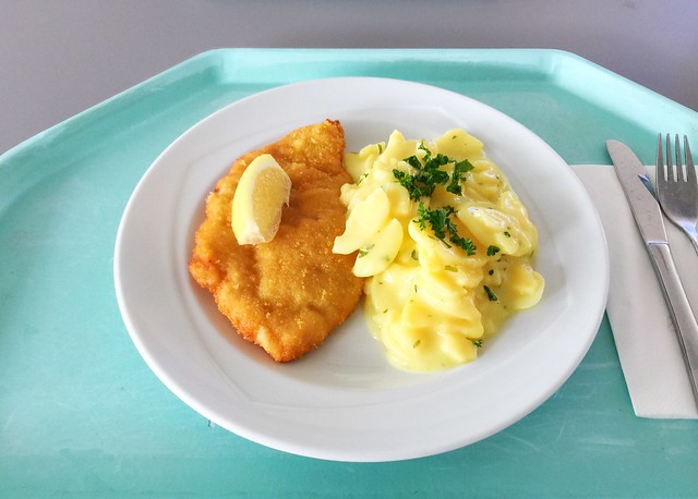 Breaded turkey escalope with lemon slice & potato salad / Paniertes Putenschnitzel mit Zitronenecke & Kartoffelsalat
