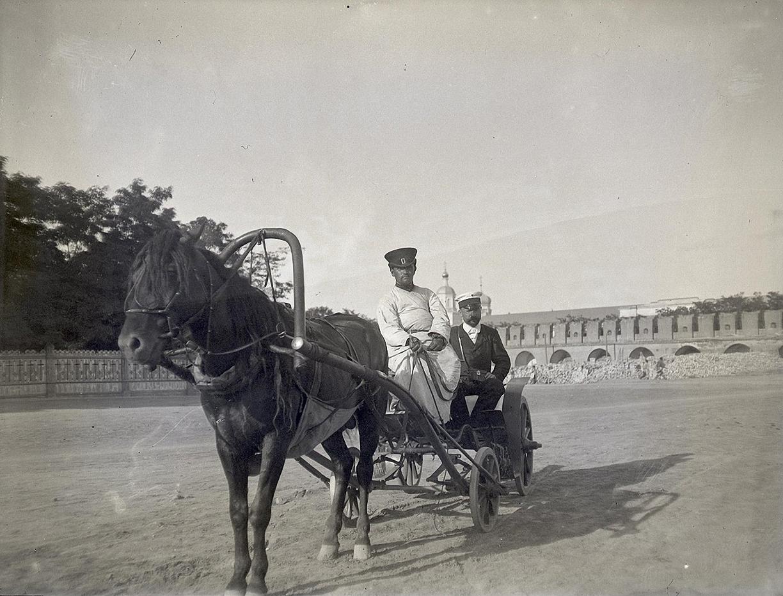 17. 1898. 6 июля. Астрахань. В Кремле. В коляске – Бронислав Михайлович Грохольский