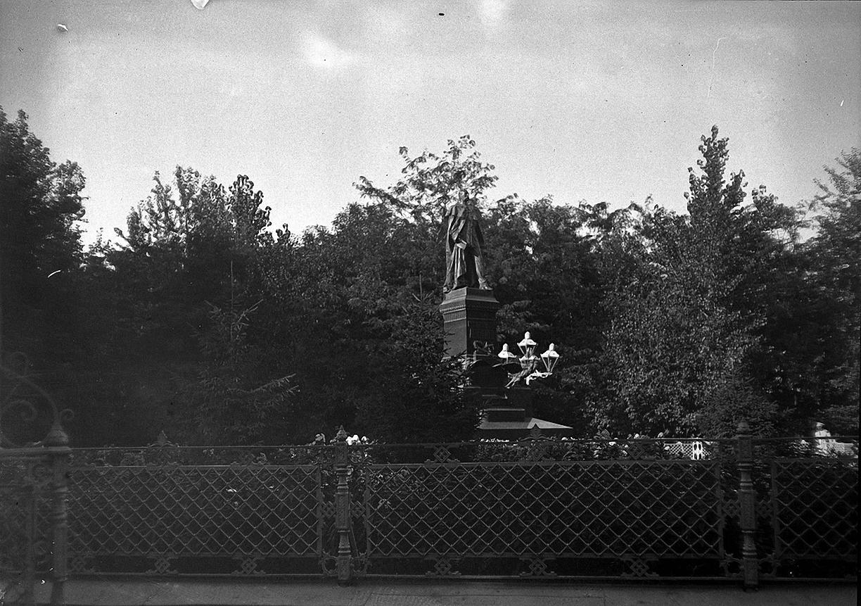 18. 1898. 6 июля. Астрахань. Памятник Императору Александру II в губернаторском саду
