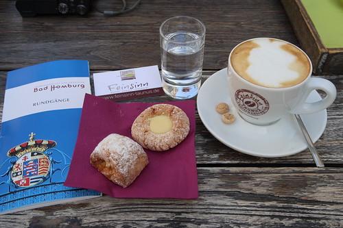 Cappuccino mit italienischem Gebäck