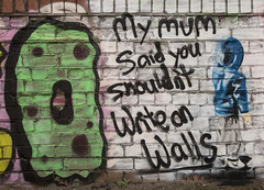 Should not write walls graffiti
