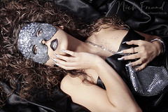 Junge Frau mit Strass Maske