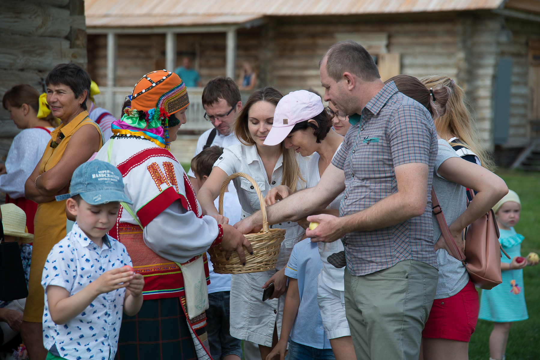 в «Тарханах» гостей потчевали пирогами, яблоками, медом да яблочным компотом
