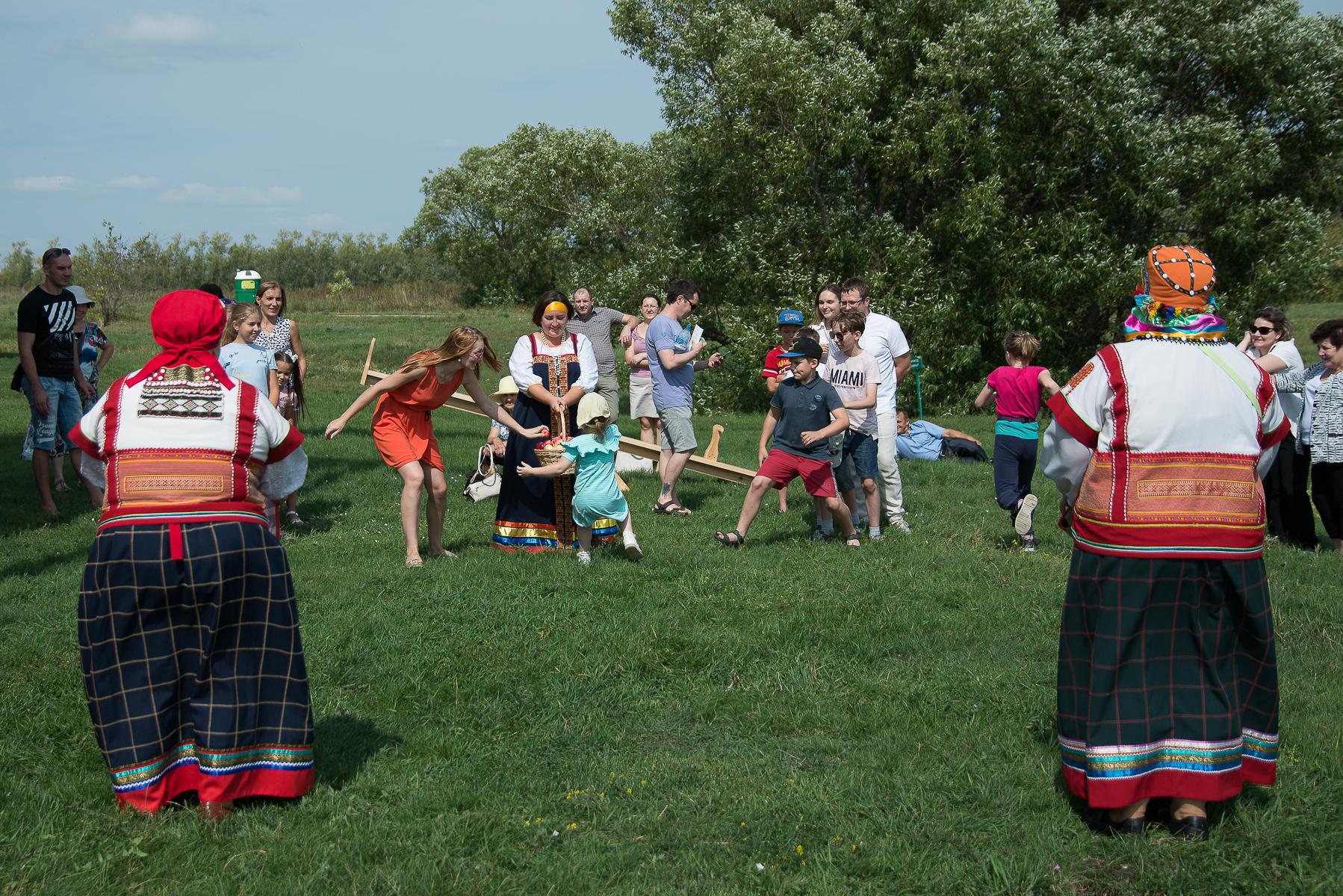 Гости с удовольствием принимали участие в играх лермонтовского времени