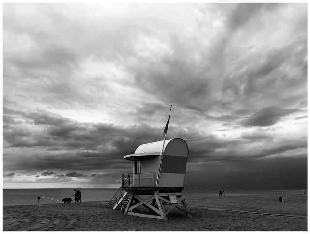 Ciel d'orage sur la plage (version n&b)