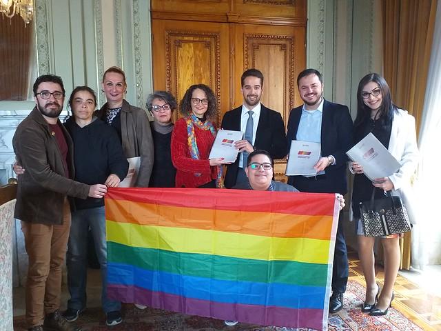 Deputada Luciana Genro entrega relatório da Comissão LGBT ao governador Eduardo Leite