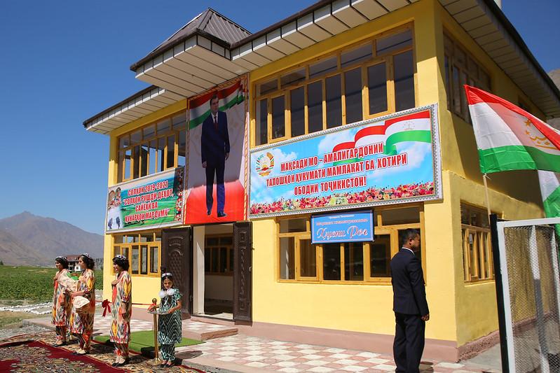 Президент страны Эмомали Рахмон сдал в эксплуатацию центр обслуживания в селении Рог Кухистони Мастчохского района