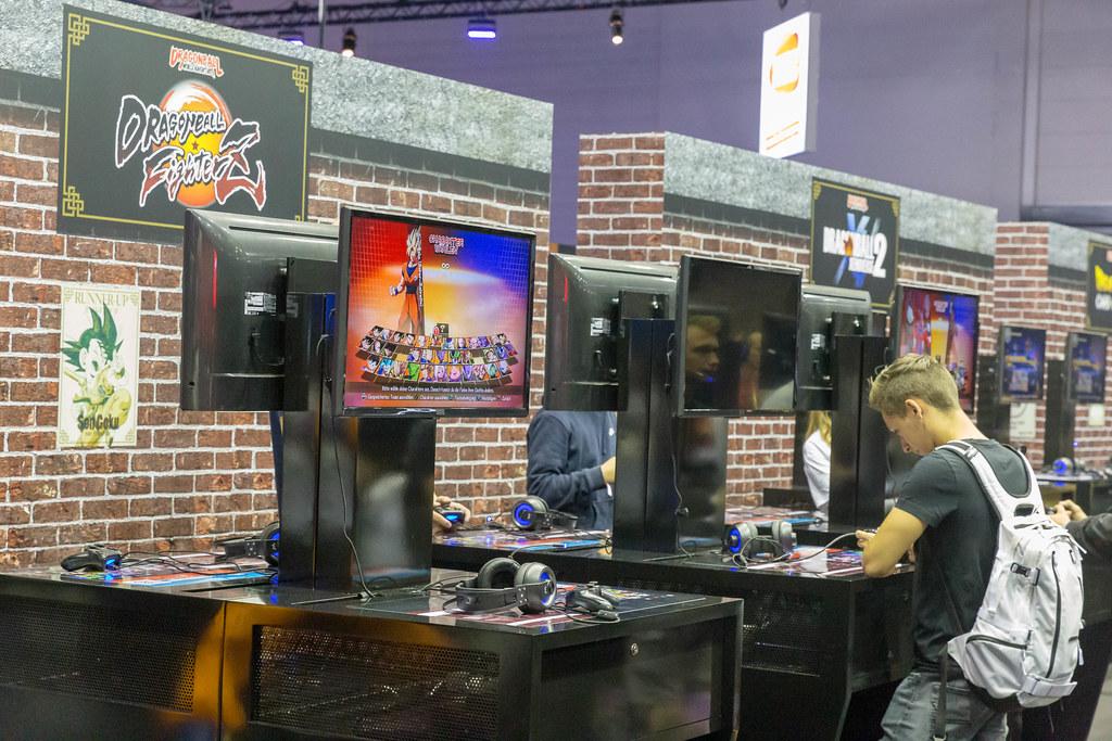 Messebesucher der Gamescom testen das Videospiel Dragonball  FighterZ