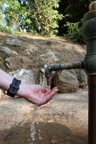 Probieren des Heilwassers vom Landgrafenbrunnen (im Kurpark Bad Homburg)