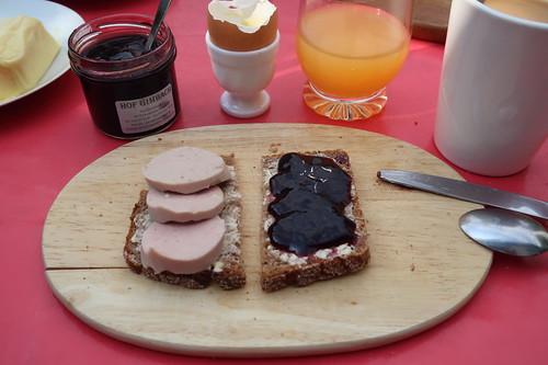Fleischwurst und Holundergelee auf Brot