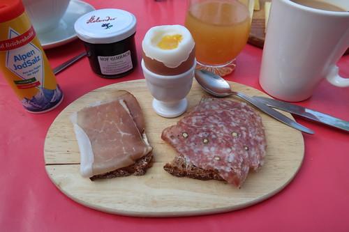 Schwarzwälderschinken und Salami auf Brot zum Frühstücksei