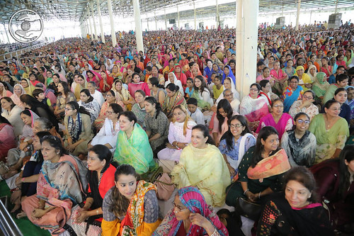 Devotees having the bliss of Gurudarshan