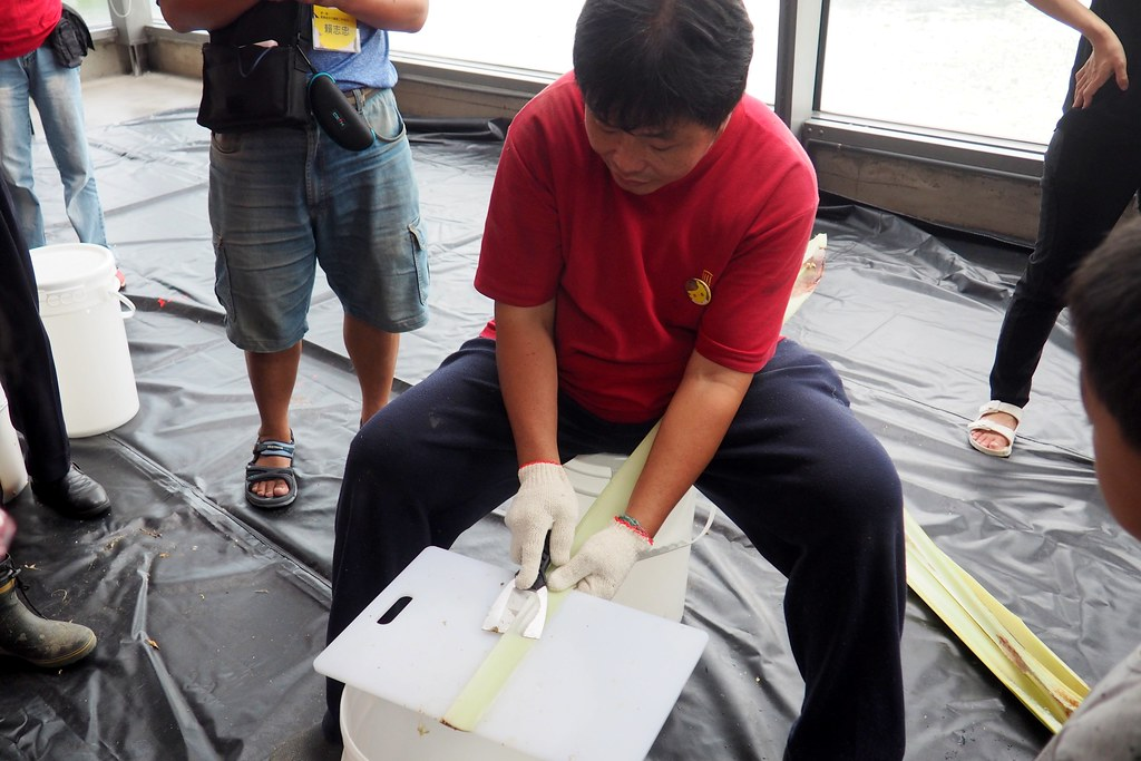 講師示範以刮刀取香蕉絲。攝影:李育琴