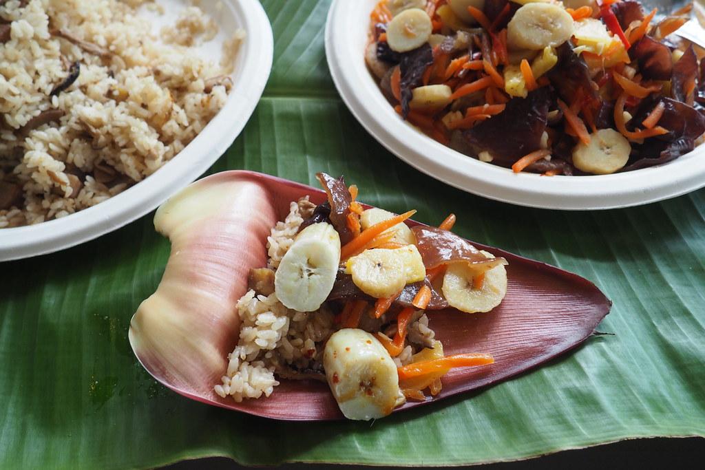 香蕉雄花苞片是天然的食器。攝影:李育琴