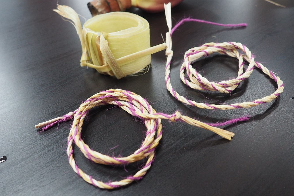 民眾手作完成的香蕉絲和提繩。攝影:李育琴