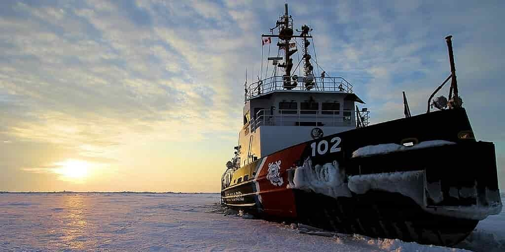 un-navire-bloqué-glace-pour-étudier-la-région-polaire
