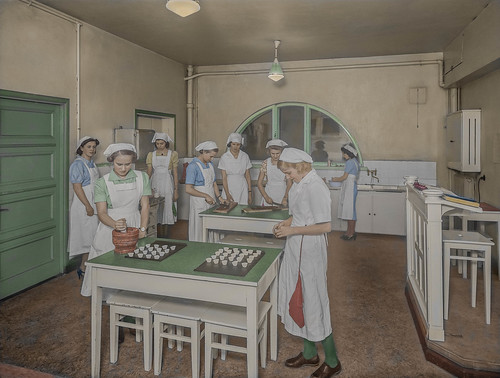 Learning to cook at a girl school in Helsinki (early 1930s)