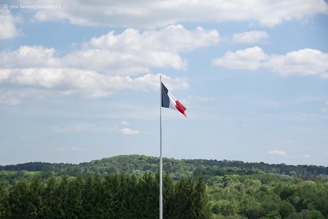 Ranskan lippu liehumassa Douaumontin ossuaarin edustalla