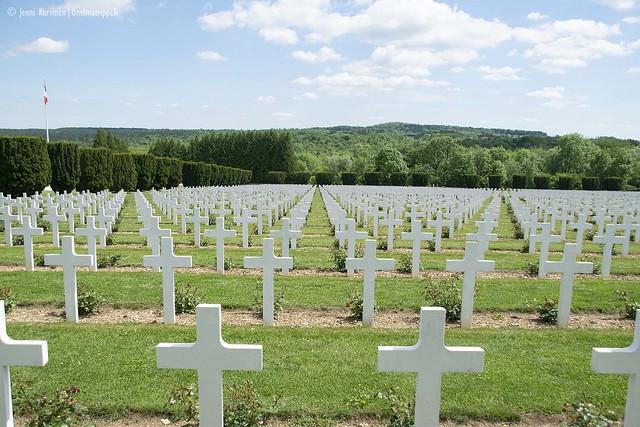 Douaumontin hautausmaan ristit ovat siisteissä riveissä