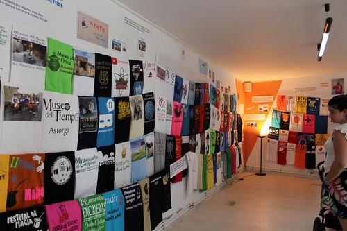 Expo de 408 camisetas.
