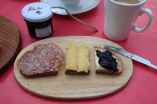 Salami, Käse und Holundergelee auf Brot
