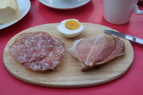 Salami und Schwarzwälder Schinken auf Brot zum gekochten Ei