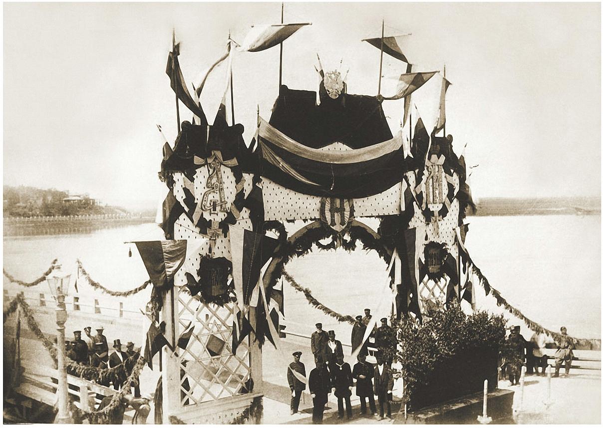 Иркутск.Арка, установленная у понтонного моста перед торжественным открытием в присутствии наследника престола Николая Александровича