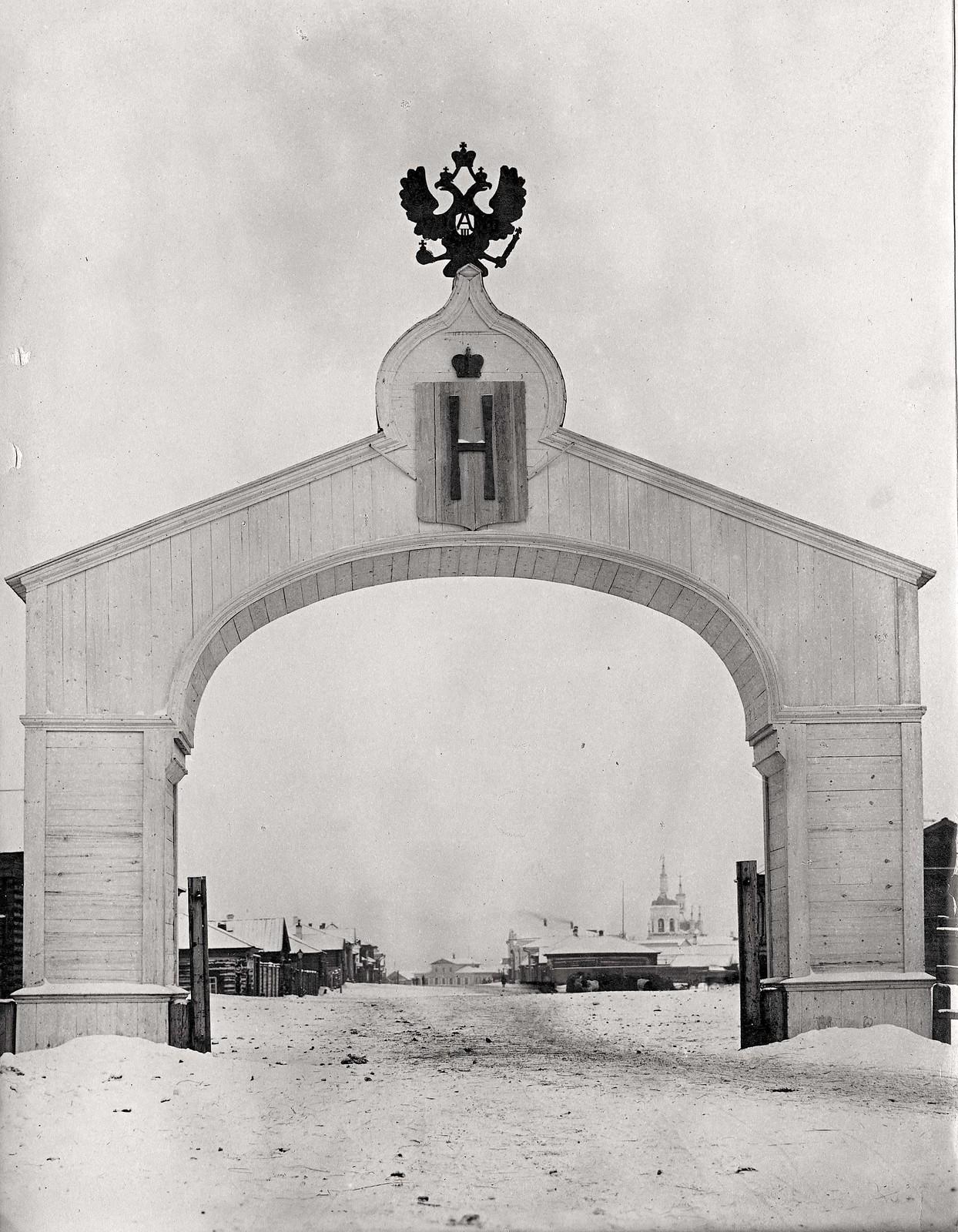1891. Деревянная триумфальная арка, построенная к выезду из города Канска Цесаревича Николая Александровича.