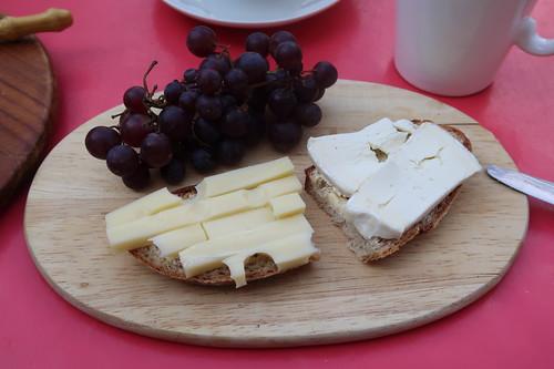 Weintrauben zu Käse auf Brot