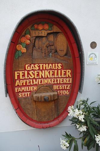 Schild der Apfelweinkelterei Felsenkeller in Idstein