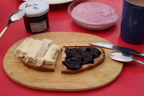 Käse und Holundergelee auf Brot