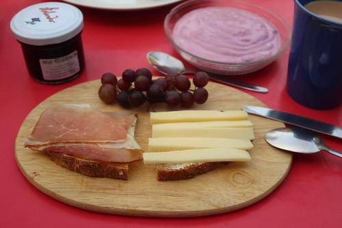 Weintrauben zu Schwarzwälderschinken und Käse auf Brot