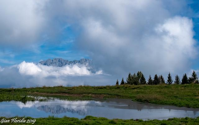Tra le nubi fa capolino la Presolana