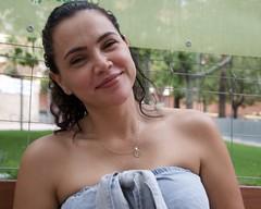 Viviana, de Colòmbia, una noia que sembla que el seu estat natural sigui el somriure, fotografiada als Jardins Montserrat, Barcelona.