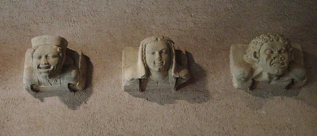 Trois têtes sculptées