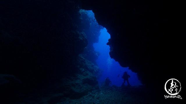 アーチ内から外を覗くとブルーが広がります