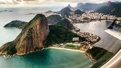 Seguramente uno de los despegues más lindos (y emocionantes) que pude vivir, el del aeropuerto Santos Dumont en Río de Janeiro. A poco de separarse de la pista comienza el viraje que permite ver el Pan de azúcar en una postal soñada. Esto fue arriba de un