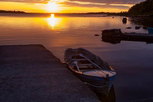 irlande connemara loughcorrib oughterard ireland lake lac aube soleil dawn sun reflection reflets barque boat jetée nuages clouds landscape paysage