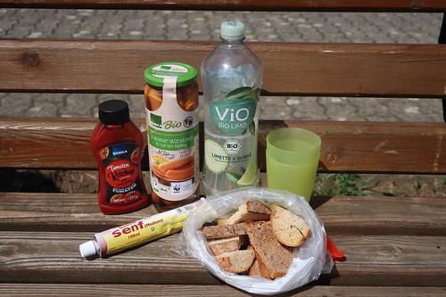 Mittagspicknick mit Würstchen, Brot, Tomatenketchup und Senf