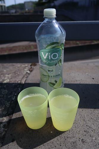 Bio-Limo (Limette & Gurke) bei Trinkpause auf Platz vor dem Landtor von Weilburg