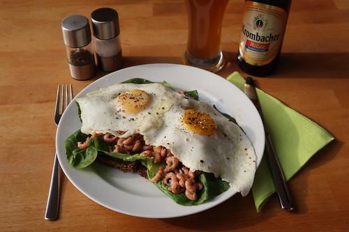 Nordseekrabben mit Spiegeleiern und Salat auf Brot