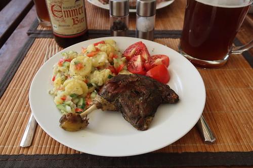 Grill-Entenkeule zu Kartoffelsalat und Tomatenspalten