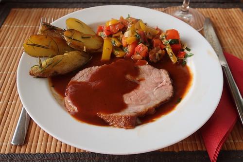 Schweinebraten mit tomatiger Bratensoße, Paprikagemüse und Rosmarinkartoffeln (mein 2. Teller)