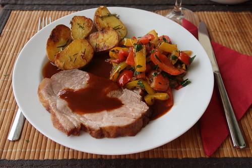 Schweinebraten mit tomatiger Bratensoße, Paprikagemüse und Rosmarinkartoffeln (mein 1. Teller)