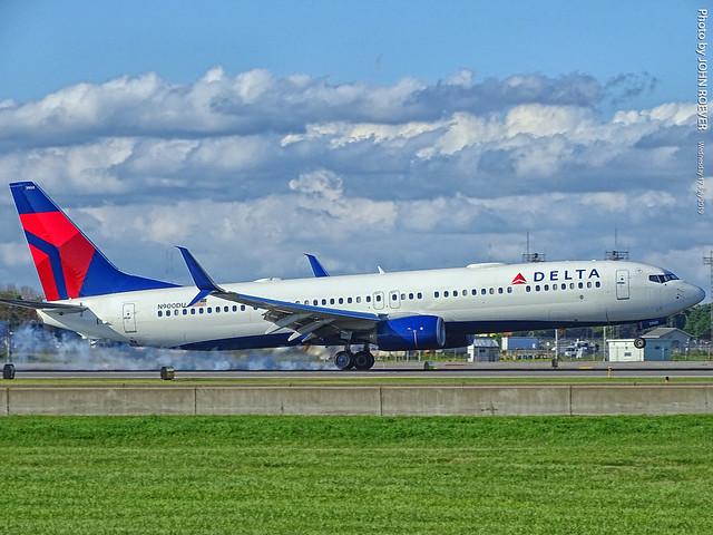 Delta 737-900 landing at MSP Airport, 17 July 2019
