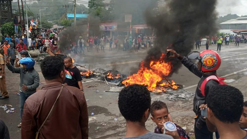 示威者於西巴布亞的曼諾瓦里市燃燒輪胎。(圖片來源:Toyiban/Reuters)