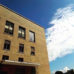 #Buongiorno Sapienza con una foto del retro del Rettorato di @robertosciarr1 ・・・ #Repost: «sapienzaroma in #bluesky :sunny::cloud: @sapienzaroma» ・・・ #repostSapienza #ImmaginiDallaSapienza di #studentiSapienza #CittàUniversitaria_Sapienza #LuoghiDellaSapi