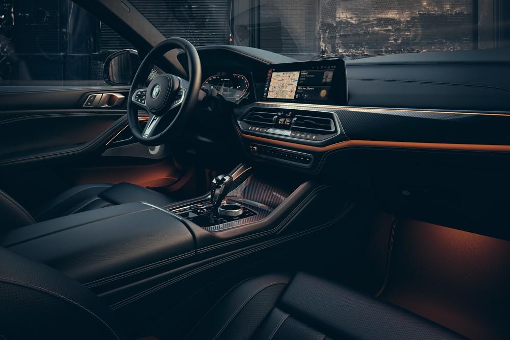 [新聞照片三] 全新世代的BMW全數位虛擬座艙,承襲駕駛者導向的設計理念,科技感十足。