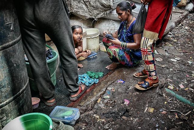 Dans sa rue.... (Dharavi)
