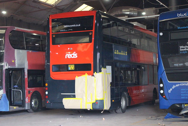 1132 HF09BJE Wilts & Dorset-Salisbury Reds